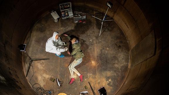 Böhme (Jan Dose) untersucht die Leiche im alten Kessel der ehemaligen Hefe-Fabrik.