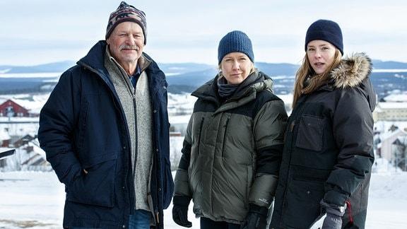 Die Staatsanwältin Rebecka Martinsson (Sascha Zacharias, re.) arbeitet mit Kommissarin Mella (Eva Melander) und ihrem Kollegen Stålnacke (Thomas Oredsson) zusammen.