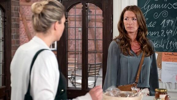 Britta (Jelena Mitschke, l.) und Carla (Maria Fuchs, r.) bleiben in Bezug auf Amelie traurig uneins.