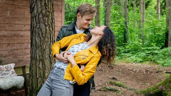 Max (Stefan Hartmann, hinten) und Vanessa (Jeannine Gaspár, vorne) genießen ihre Zweisamkeit.