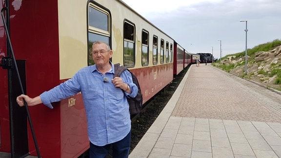 Siegfried Schenkel an der Tür einer alten Lok