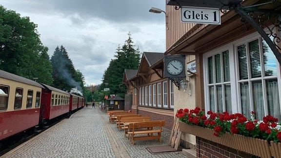 Der Bahnhof Drei Annen Hohne. Ein Blumenkasten mit roten Blumen schmückt das Fenster des alten Bahnhofsgebäudes