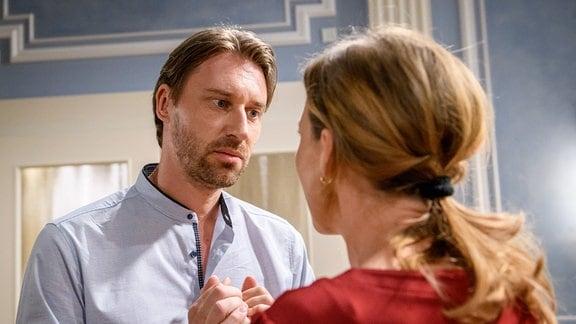 Lia (Deborah Müller, r.) und Patrick (Peter Schorn, l.) stehen sich gegenüber und blicken sich an.