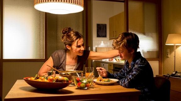 Kommissarin Karin Gorniak isst Abendessen mit ihrem Sohn Aaron Gorniak: v.l. Kommissarin Karin Gorniak (Karin Hanczewski), Aaron Gorniak (Alessandro Emanuel Schuster)