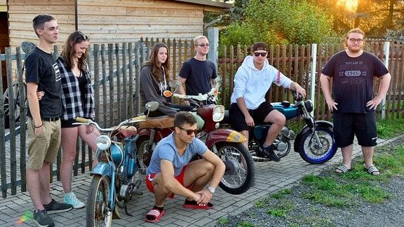 Die Simsonbande nennt sich Zweitaktunion Thüringen. Hier posiert sie für ihren neuen YouTube-Clip.