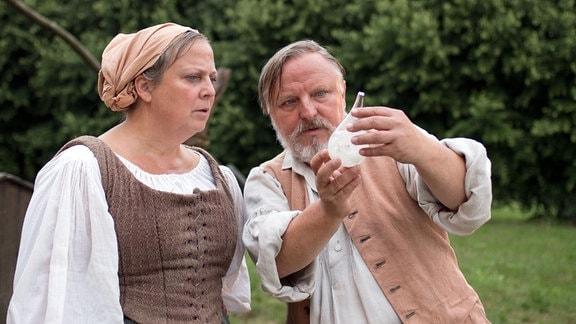 Iven (Axel Prahl) zeigt Stine (Gabriela Maria Schmeide) das Wetterglas