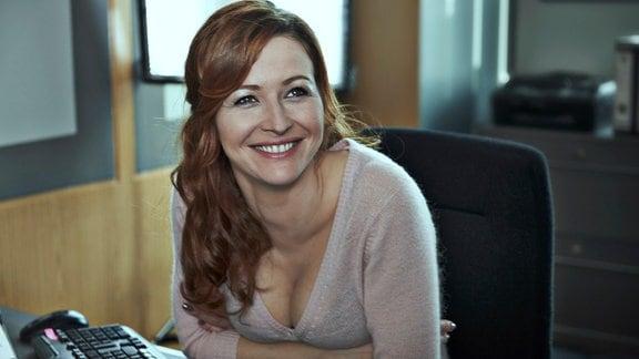 Sekretärin Hannah Saborowski (Katrin Bauerfeind) erfreut sich an Zorn.