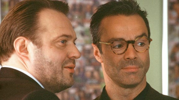 Maximilian (Jan-Gregor Kremp, li.) und Konrad (Hannes Jaenicke).