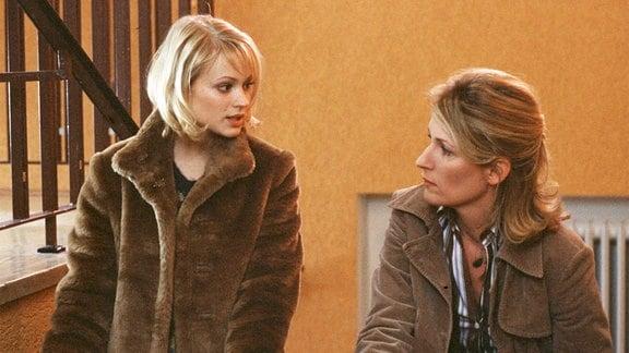 Redakteurin Hanna (Maria Furtwängler, re.) und neue Kollegin Alexandra (Mavie Hörbiger).