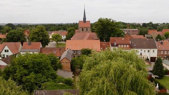 Blick auf das Altmark-Städtchen Kalbe mit Kirchturm und Altstadt