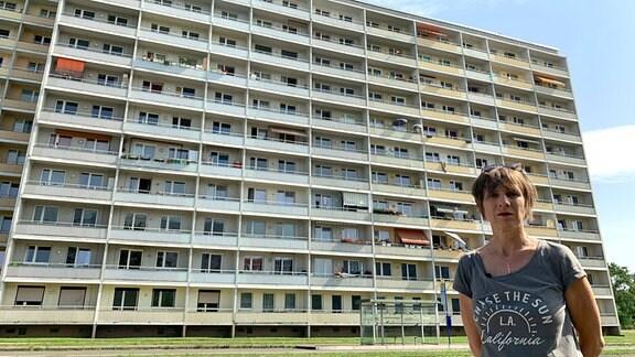 Grit Lemke  vor dem letzten noch vorhandenen Block des damaligen Vertragsarbeiterwohnheims
