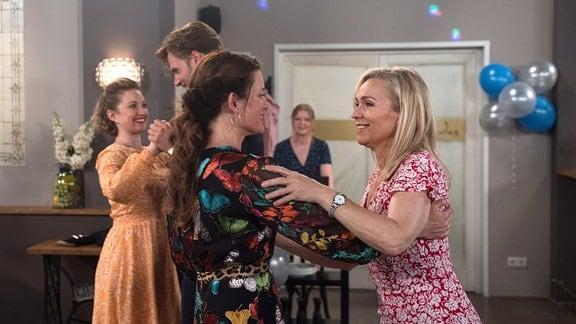 Tatjana (Judith Sehrbrock, 2 v.r) beim gemeinsamen Tanzen mit Mona (Jana Hora-Goosmann, l.). Im Hintergrund: Sara (Antonia Jungwirth, r.) und Simon (Thore Lüthje, 2 v.l.).