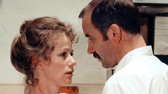 Dr. Schmith (Armin Mueller-Stahl) vertraut sich seiner früheren Freundin und derzeitigen Kollegin Gudrun (Karin Gregorek) an.