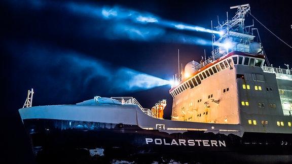 Polarstern im Weddellmeer: Einsatz der Bordscheinwerfer