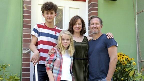 Die Jansen-Balzers machen einen Neuanfang in Berlin: Marit (Maja Schöne) und Jonas (Benno Fürmann) mit ihren Kindern Luis (Max Boekhoff) und Selma (Maria Matschke).
