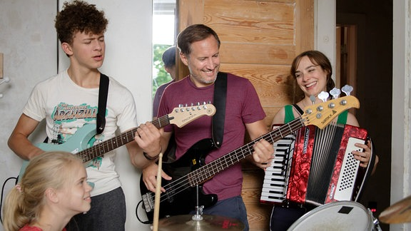 Eine Familie als Band: Mutter Marit (Maja Schöne) mit Jonas (Benno Fürmann) und den Kindern Luis (Max Boekhoff) und Selma (Maria Matschke).