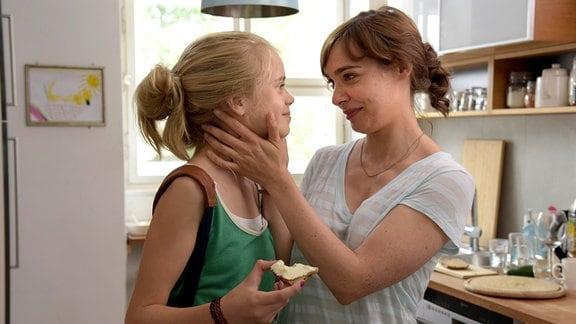 Liebevolle Mutter: Marit (Maja Schöne) erzählt ihrer Tochter Selma (Maria Matschke) von der Mädchenband, die sie im Internet gefunden hat, die eine Schlagzeugerin suchen.