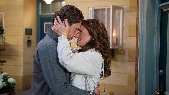 Tatjana (Judith Sehrbrock, r.) und Paul (Leander Lichti, l.) wollen nur noch eins: sich küssen ...