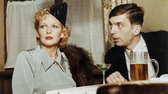 Szenenfoto mit Angelika Waller als Anita Graf und Reiner Heise als Pinske.