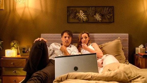 Robert (Lorenzo Patané, l.) und Lia (Deborah Müller, r.) versuchen, sich mit einem Horrorfilm abzulenken.