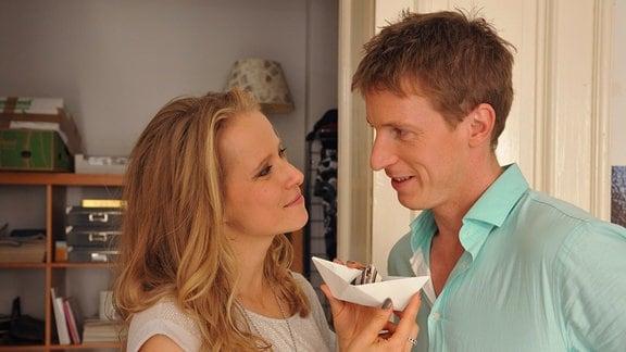 Cora (Susanne Bormann) und Finke (Golo Euler)