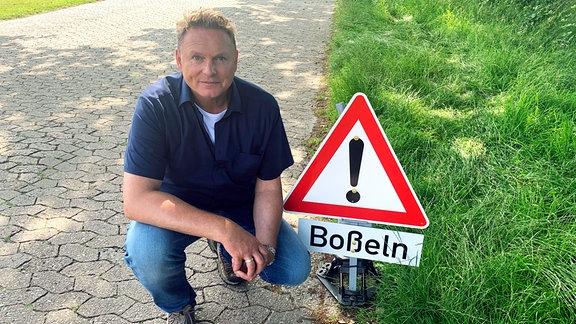 Axel Bulthaupt in Orstfriesland / Schild Boßeln