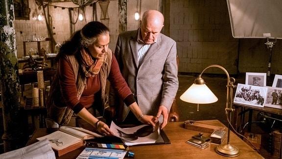 Der bekannte Filmschauspieler und Autor Hanns Zischler gibt dem Leipziger Universitätsprofessor und Leiter der Expedition Carl Chun seine Stimme, hier im Bild mit Regisseurin Gabriele Rose während der Dreharbeiten am 24.10.2017 in Berlin.
