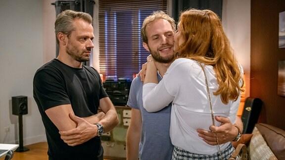 Florian (Arne Löber, M.) und Erik (Sven Waasner, l.) sind überrascht, als Constanze (Sophia Schiller, r.) und nicht Maja vor der Tür steht.