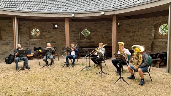 Als Gottesdienste wegen Corona noch verboten waren, trafen sich die Choralbläser im Hof vor dem Komtur-Haus und spielten für die Nägelstedter.