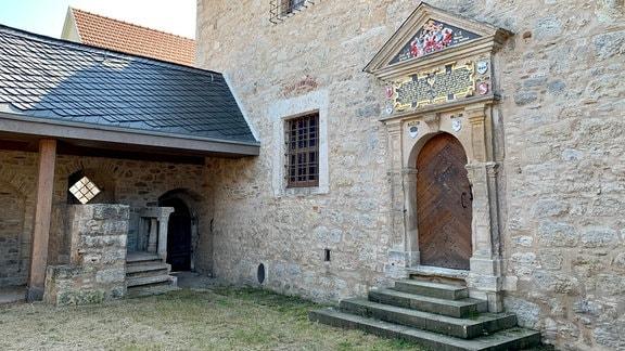 Der ganze Stolz des Dorfes ist der Schieferhof, bekannt auch als Komturhof, weil hier im Mittelalter der Komtur, eine Art Landverwalter, wohnte. Er hieß Hans von Germar, seine Frau Katharina von Knoblauch.