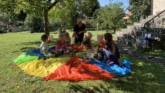 Jeden Freitagnachmittag ist Kindertreff im Kirchgarten. Manchmal kommen bis zu 20 Kinder. Die Kleinen werden spielerisch auf kirchliches Dorfleben vorbereitet.