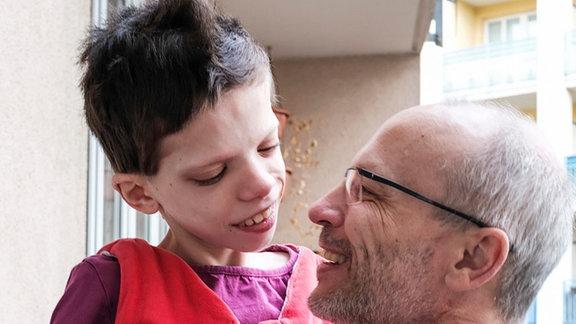 Petr Šmera mit seiner schwerstbehinderten Tochter Simonka