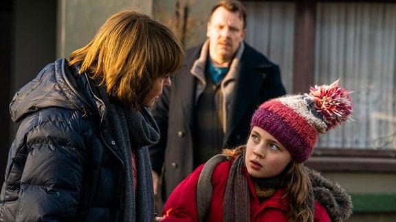 Ada (Anaïs Sterneckert, rechts) eckt an: Bei Vater Raik (Ronald Kukulies, Mitte) und auch bei Karin Lossow (Katrin Sass).