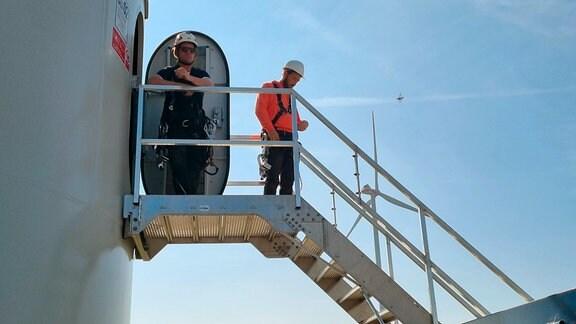 ECHT-Moderator Sven Voss bei Dreharbeiten in einem Windpark in der Altmark bei Osterburg.