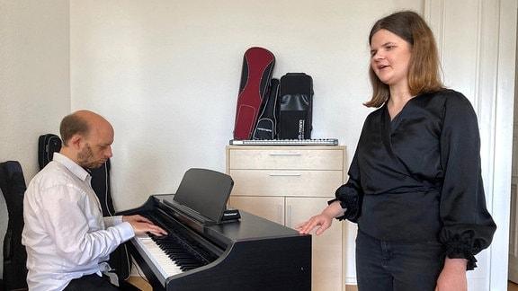 Marie singt und ihr Freund Immanuel begleitet sie.