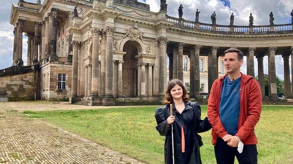 Marie wird vom Behindertenbeauftragten der Universität Potsdam über das Gelände geführt.