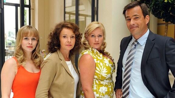 Sindy (Jasmin Schwiers, li.), Thea (Katrin Sass) und Babette (Petra Kleinert, 2.v.re.) mit dem Heiratsschwindler Benedikt (Jan Sosniok).