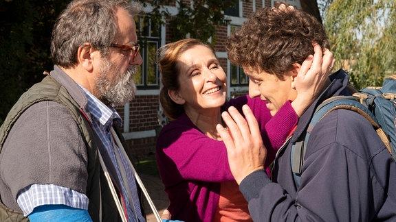 Das Tierärztepaar Henning (Matthias Brenner) und Beate (Barbara Philipp) freuen sich über den Besuch von ihrem Sohn Martin (Oliver Konietzny).