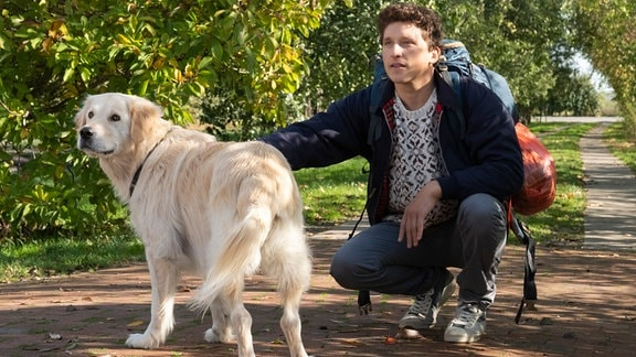 Martin (Oliver Konietzny) wird unter dem Vorwand die Tierarztpraxis weiter leiten zu müssen, nach Hause gelockt.
