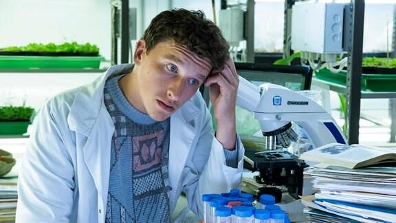 Martin (Oliver Konietzny) hat bei seinem Forschungsprojekt die Frist versemmelt.