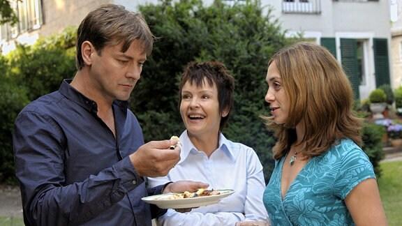Theo (Marcus Mittermeier) kann den Humor von seiner Mutter Eva (Katrin Sass) und seiner Frau Marlene (Julia Richter, re.) nicht teilen.
