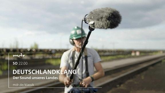 Ein Tontechniker mit Mikrofon