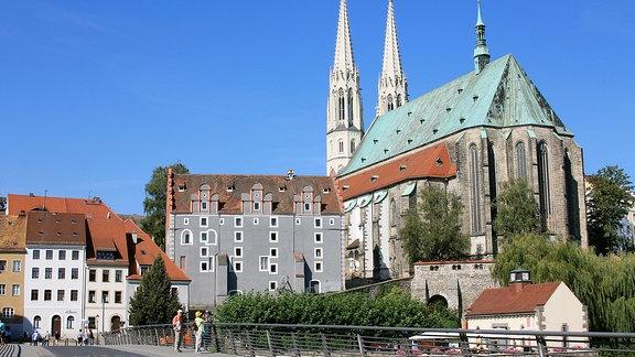 Peter und Paul und das Waidhaus. Diese Aufnahme wurde von der Altstadtbrücke gemacht, die sich als 80-Meter-Bogenbrücke über die Neiße spannt.