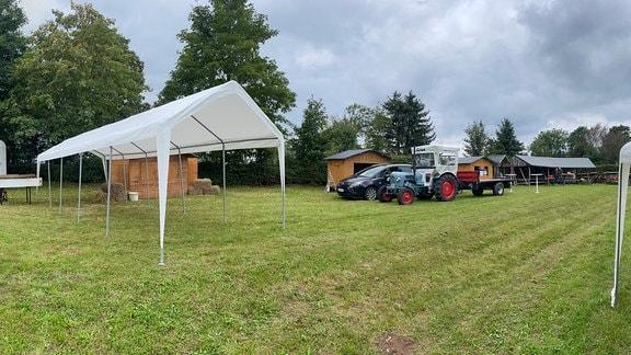 Nach anderthalb Jahren darf Oberschöbling wieder in Gemeinschaft feiern. 3 Vereine bereiten gemeinsam das Fest im Freien vor.