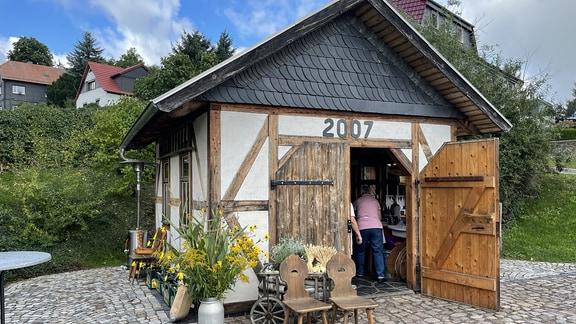 So wie der Steinbackofen im Inneren des Hauses sind auch die Steine und Fenster Baumaterial mit Geschichte und Geschichten gefüllt: Das Backhaus des Vereins der Backofenfreude Oberschöbling.