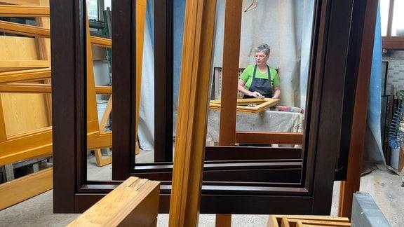 Peggy Matz hat 1992 ihren Mann Michael ermutigt, sich mit einer Bautischlerei selbständig zu machen. Seitdem arbeitet sie tatkräftig mit.