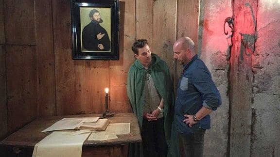 Julian Sengelmann lässt sich von Nino Dell die Geschichte des Tintenklecks erklären.