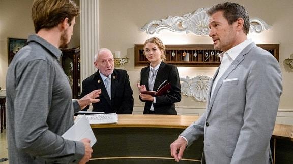 Hannes (Pablo Konrad, l.) sorgt vor Alfons (Sepp Schauer, 2.v.l.) und Christoph (Dieter Bach, r.) geschickt dafür, dass Maja (Christina Arends, 2.v.r.) Zeit mit ihm verbringt.
