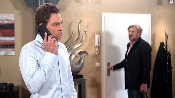 Paul (Leander Lichti, l.) bekommt die Nachricht, dass Tatjanas Großmutter Babuschka ohne Visum eingereist ist und in Frankfurt festsitzt. Jens (Martin Luding, r.) sagt spontan seine Hilfe zu.