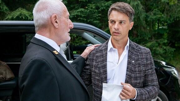 Robert (Lorenzo Patané, r.) erfährt von Alfons (Sepp Schauer, l.), dass er sich nicht von Lia verabschieden kann.